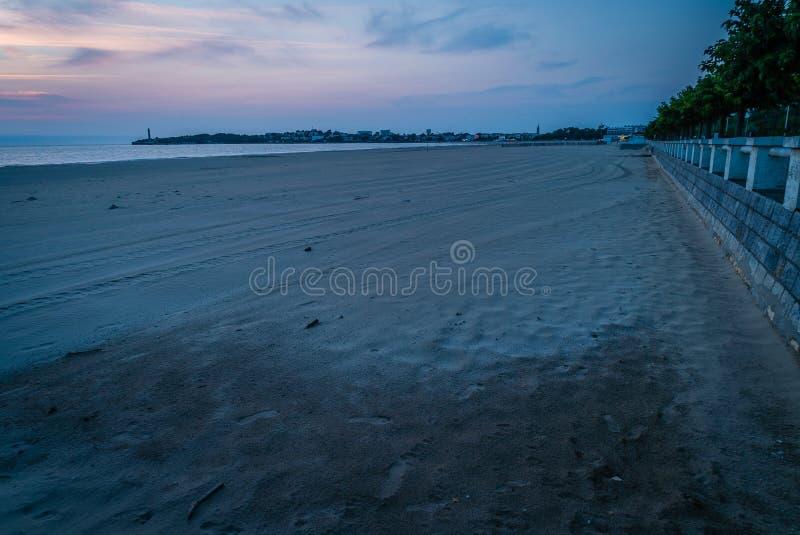 Playa y ciudad de Georges de Didonne del santo en Francia en la oscuridad fotos de archivo
