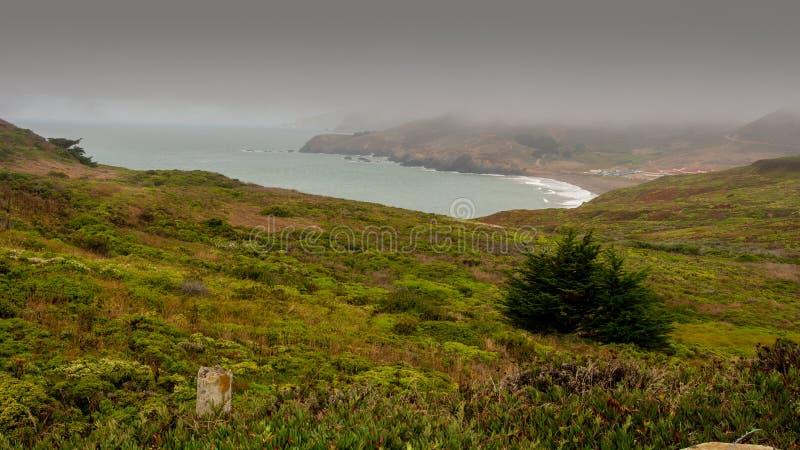 Playa y costa costa del rodeo en un día de niebla imágenes de archivo libres de regalías