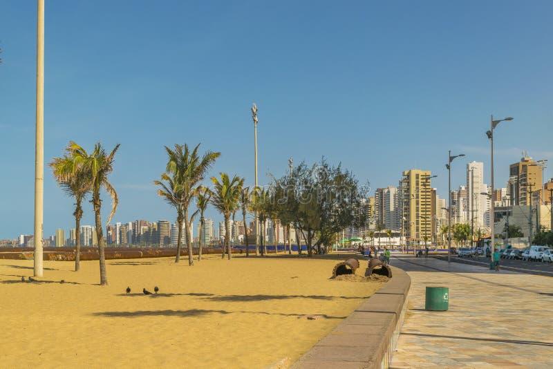 Playa y edificios de Fortaleza el Brasil imagen de archivo libre de regalías