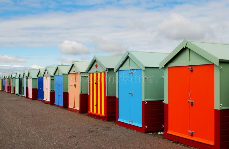Playa y embarcadero de Brighton Chozas en una fila imagen de archivo
