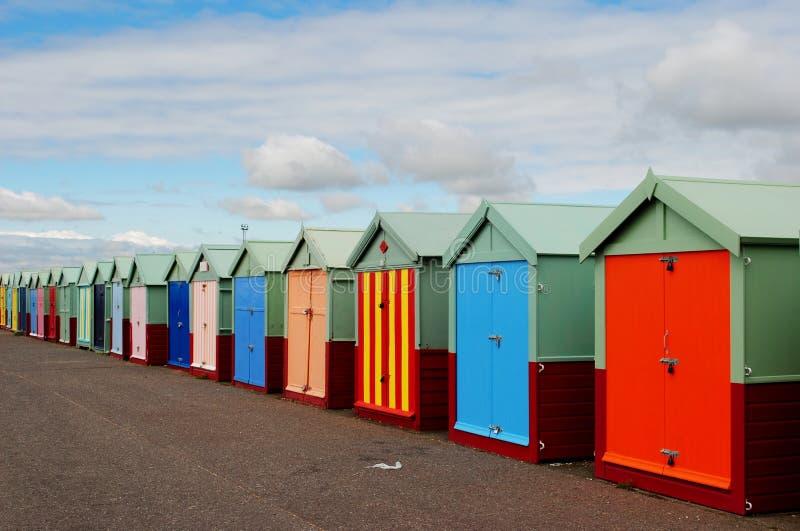 Playa y embarcadero de Brighton Chozas en una fila imagenes de archivo