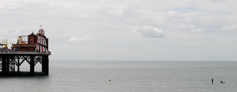 Playa y embarcadero de Brighton Paddleboard y kajak imagenes de archivo