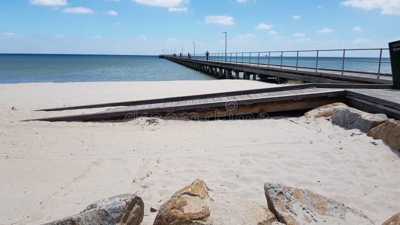 Playa y embarcadero de la arena fotos de archivo
