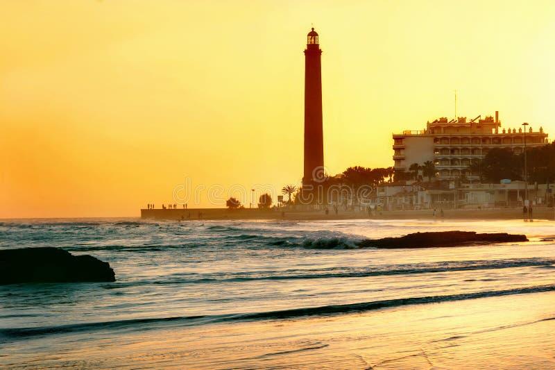 Playa y faro de Maspalomas en la puesta del sol Gran Canaria, España fotos de archivo libres de regalías