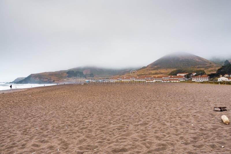 Playa y fuerte Cronkhite del rodeo en Marin Headlands, Marin County, California; El fuerte Cronkhite es un poste anterior del Ejé imagenes de archivo