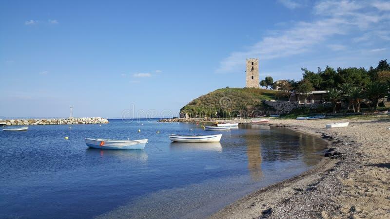 Playa y la torre bizantina fotografía de archivo libre de regalías
