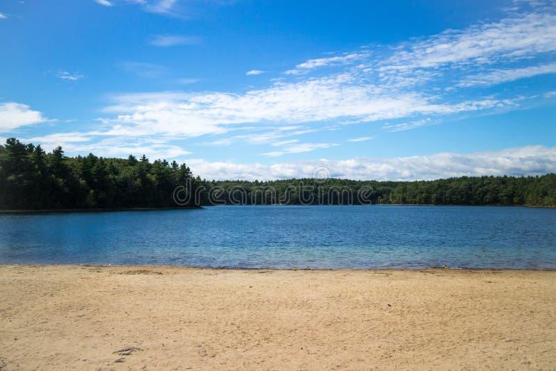 Playa y lago imagenes de archivo