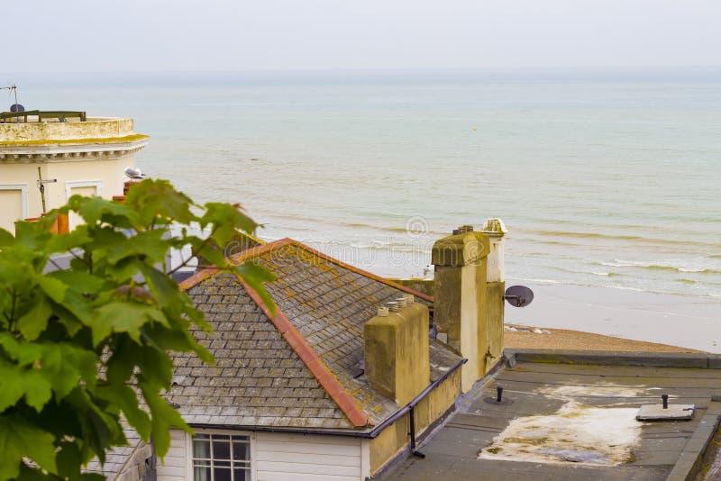 Playa y mar de Hastings fotos de archivo