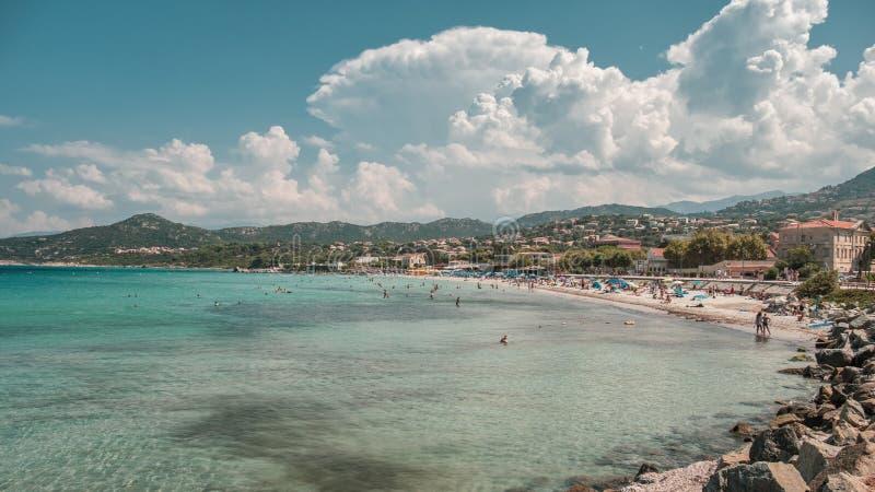 Playa y mar en L ` Ile Rousse en Córcega foto de archivo libre de regalías