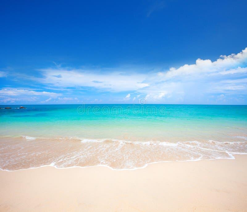 Playa y mar tropical hermoso foto de archivo libre de regalías