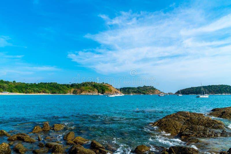 Playa y mar tropicales hermosos fotos de archivo