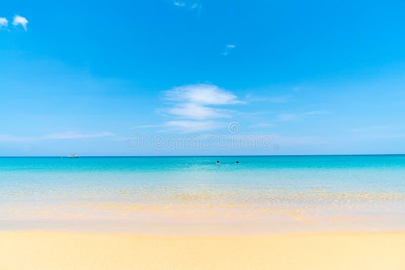Playa y mar tropicales hermosos en la isla del paraíso fotos de archivo libres de regalías