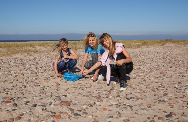 Playa y muchachas vacías fotos de archivo