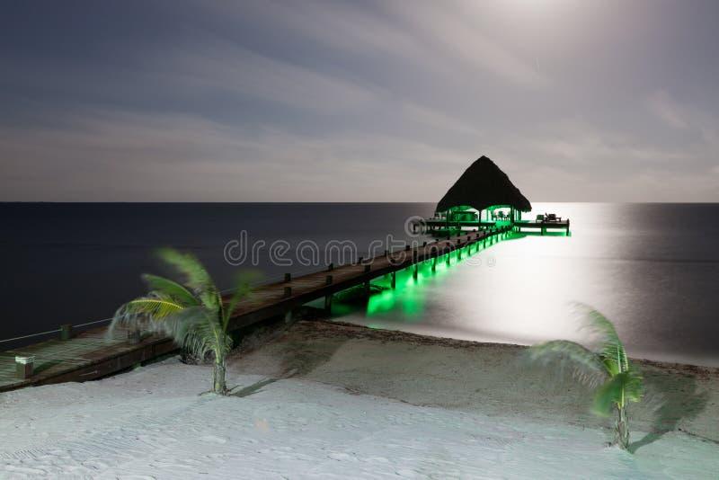 Playa y muelle con las luces imagen de archivo libre de regalías