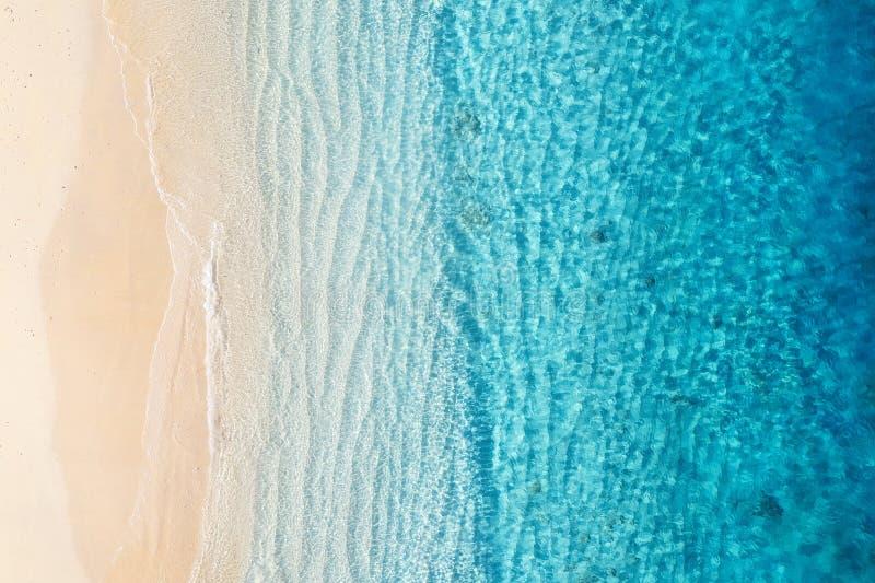 Playa y océano como fondo de la visión superior Fondo azul del agua de la visión superior Paisaje marino del verano del aire Isla imagen de archivo libre de regalías
