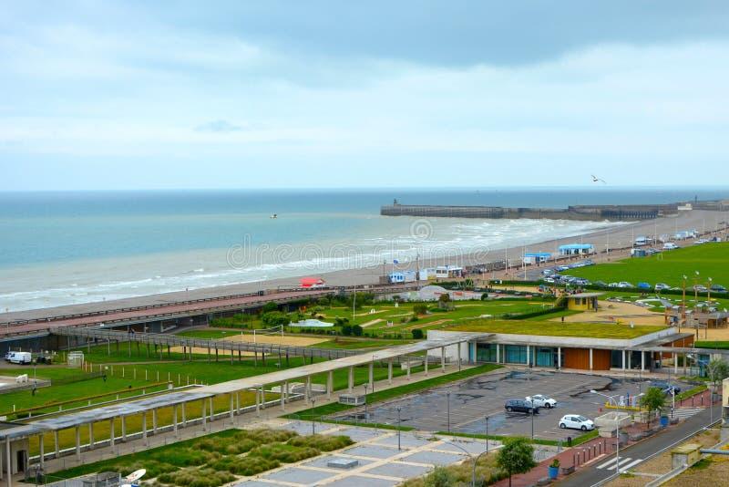 Playa y océano de la ciudad costera Dieppe en el departamento de Seine-Maritime en la región de Normandía de Francia septentriona fotos de archivo libres de regalías