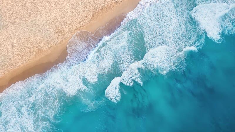 Playa y ondas de la visión superior Fondo del agua de la turquesa de la visión superior imagenes de archivo