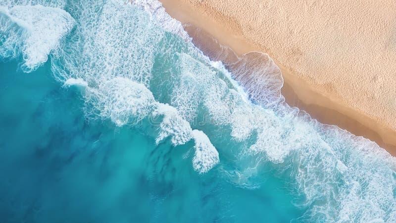 Playa y ondas de la visión superior Fondo del agua de la turquesa de la visión superior fotografía de archivo libre de regalías