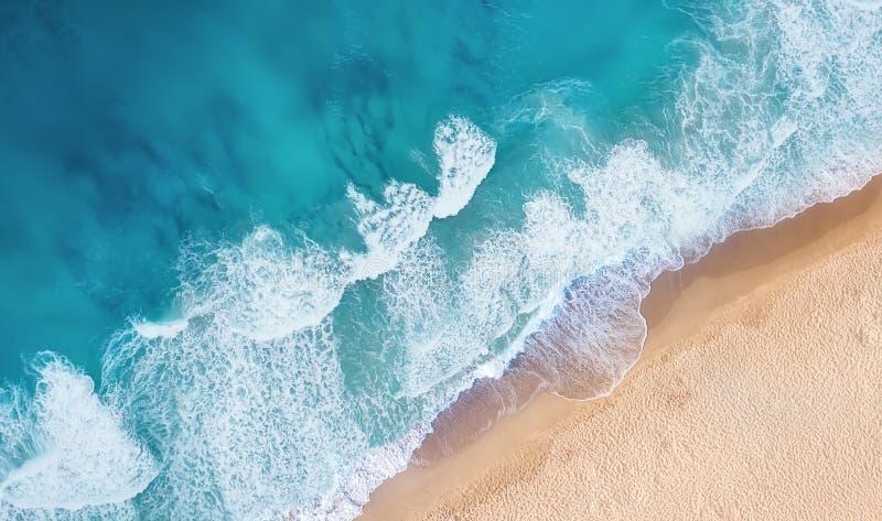 Playa y ondas de la visión superior Fondo del agua de la turquesa de la visión superior Paisaje marino del verano del aire foto de archivo libre de regalías