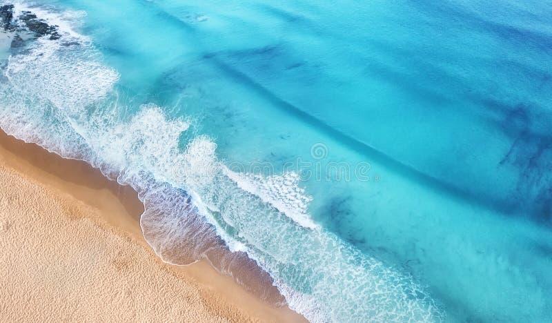 Playa y ondas de la visión superior Fondo del agua de la turquesa de la visión superior Paisaje marino del verano del aire Visión fotos de archivo