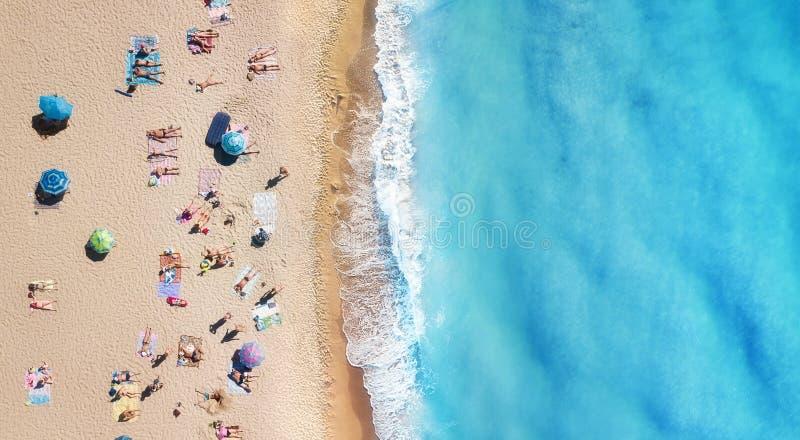 Playa y ondas de la visión superior Fondo del agua de la turquesa de la visión superior Paisaje marino del verano del aire Visión imagen de archivo