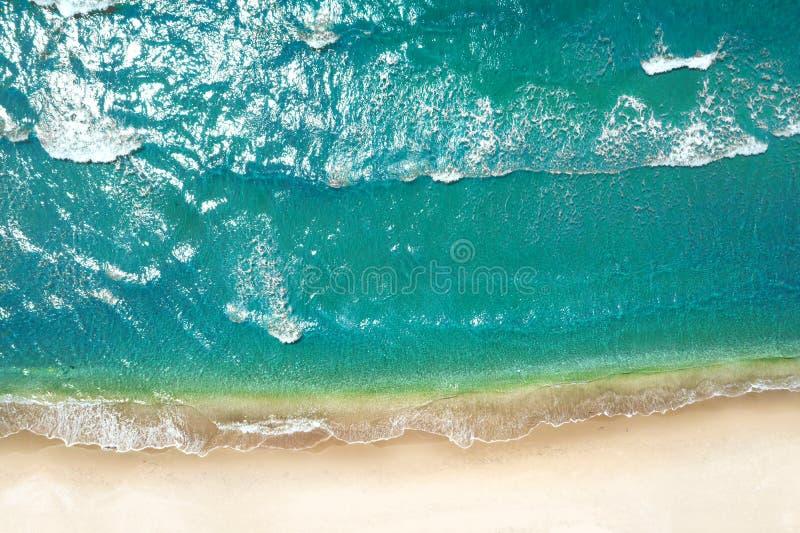 Playa y ondas de la visi?n superior Fondo del agua de la turquesa de la visi?n superior Concepto e idea del viaje foto de archivo