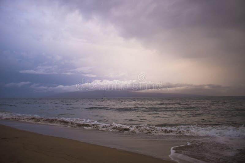 Playa y paisaje marino con el espino tropical de Maui del huracán de la tormenta de las nubes imagen de archivo