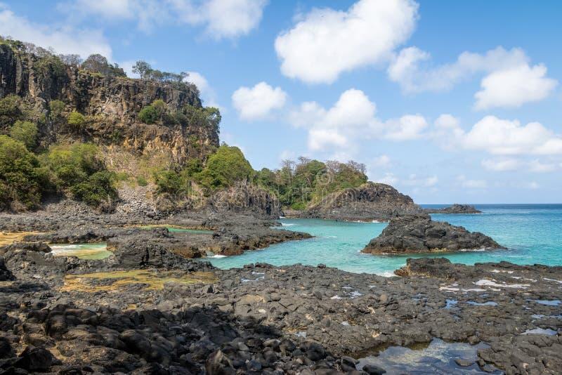 Playa y piscinas naturales - Fernando de Noronha, Pernambuco, el Brasil del DOS Porcos de Baia imágenes de archivo libres de regalías