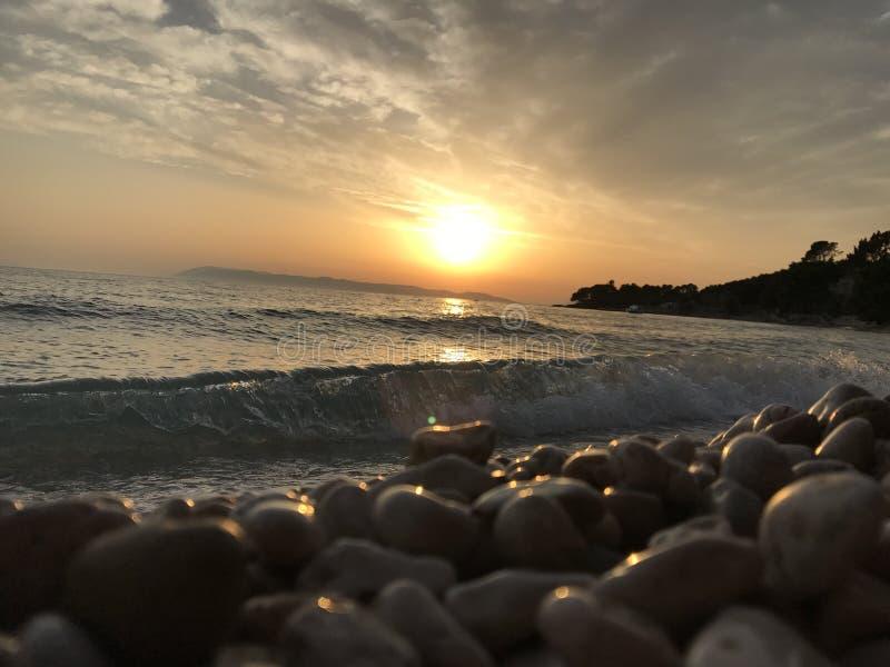 Playa y puesta del sol imagenes de archivo