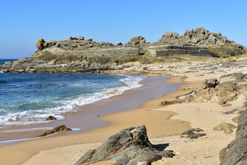 Playa y ruinas prehistóricas del acuerdo Castro de Barona, Coruna, España fotografía de archivo libre de regalías