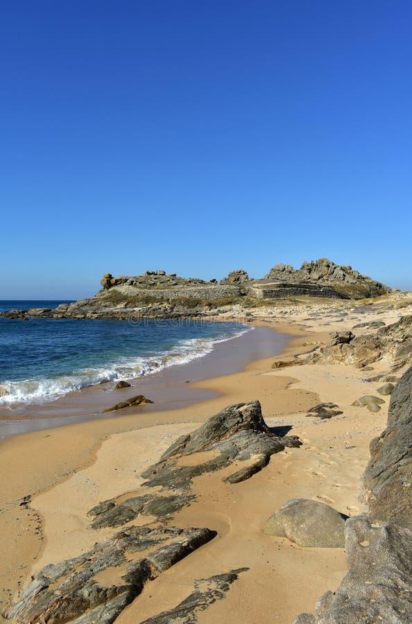 Playa y ruinas prehistóricas del acuerdo Castro de Barona, Coruna, España fotos de archivo libres de regalías