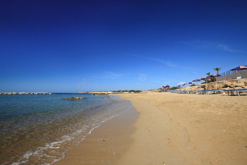 Playas hermosas de Coral Bay en Chipre Paphos imagenes de archivo