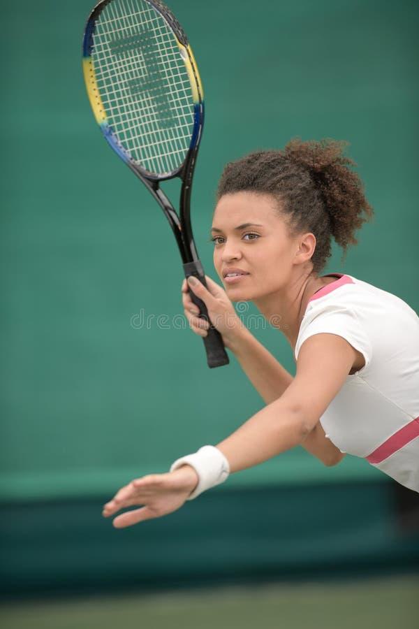 Playe fêmea bonito do tênis imagem de stock