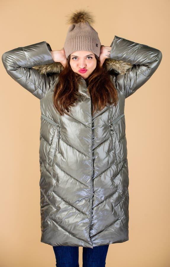 Playful fashionista Schwarzfried Vertrauen und Weiblichkeit Seien Sie diesen Winter stilvoll Emotionsfrau in der Jacke Winter stockfotografie