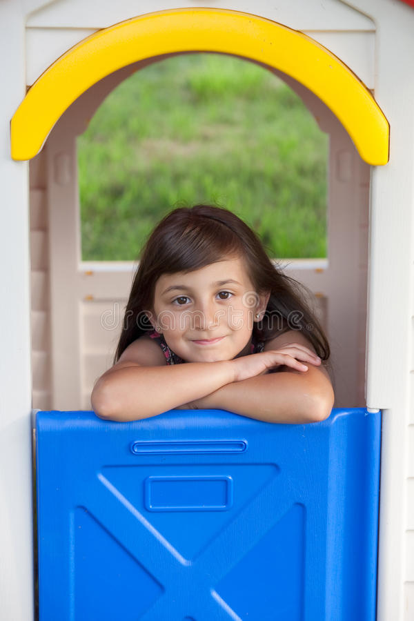 Playhouse con la bambina sorridente fotografia stock libera da diritti