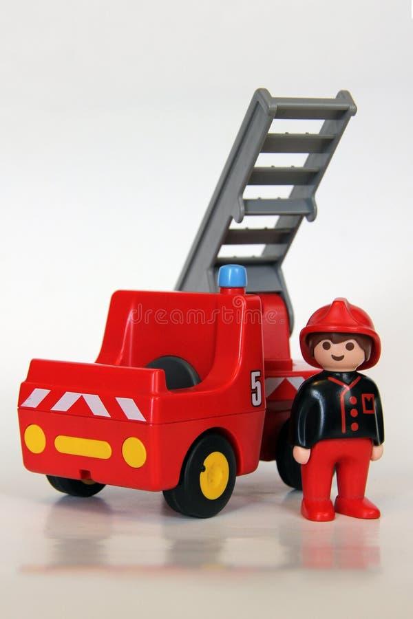 Playmobil - пожарный с пожарной машиной и лестницей стоковые фотографии rf