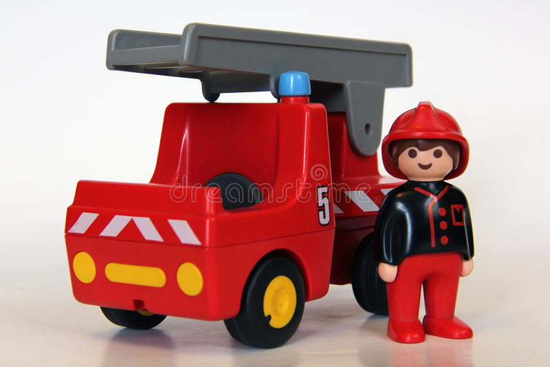 Playmobil - bombero con el coche de bomberos fotos de archivo