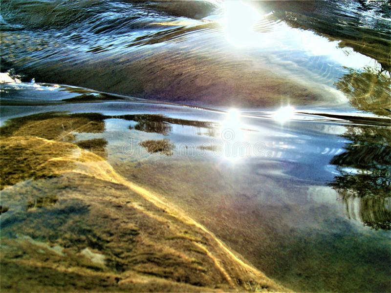 Playng de rivière avec le soleil photo stock