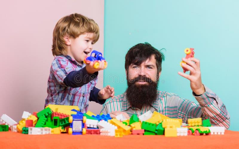playroom r Wenig Junge mit dem b?rtigen Mannvati, der zusammen spielt Entwicklung des Kindes Gl?ckliche Familie herein stockfotos