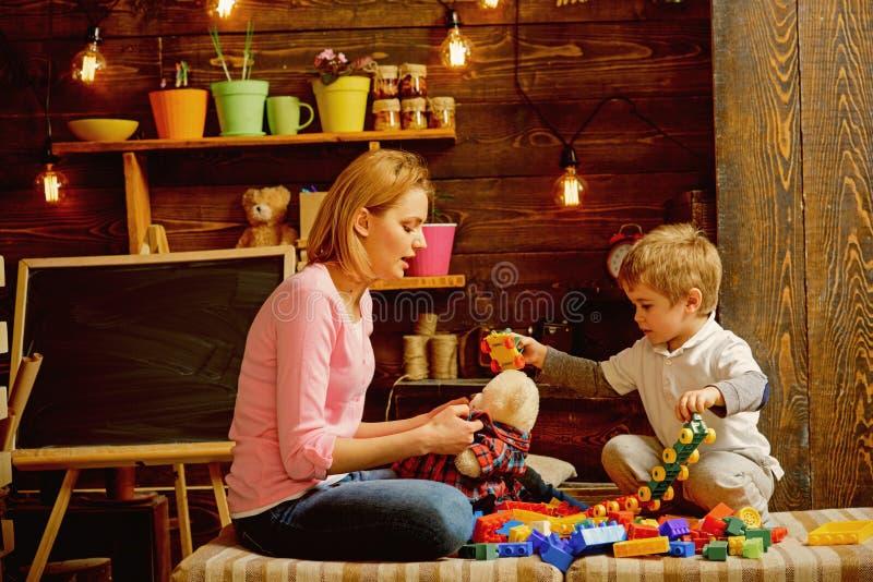 Playschool begrepp Playschool ungelek med modern Playschool aktiviteter Playschool utbildning och barnavård arkivfoto