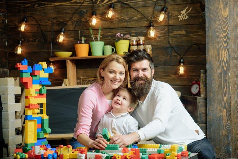 Playschoolconcept Het spel van het Playschooljonge geitje met moeder en vader Gelukkige familie in playschool Playschoolonderwijs stock afbeelding