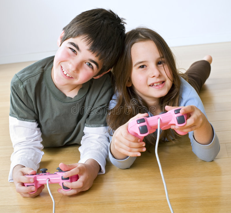 Playstation do menino e da menina imagens de stock