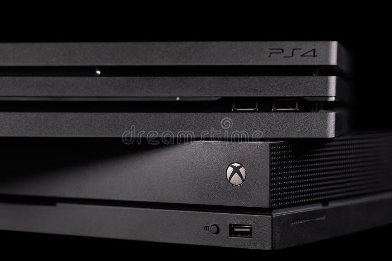 Playstation 4 van Sony Pro en XBOX One X van Microsoft royalty-vrije stock foto