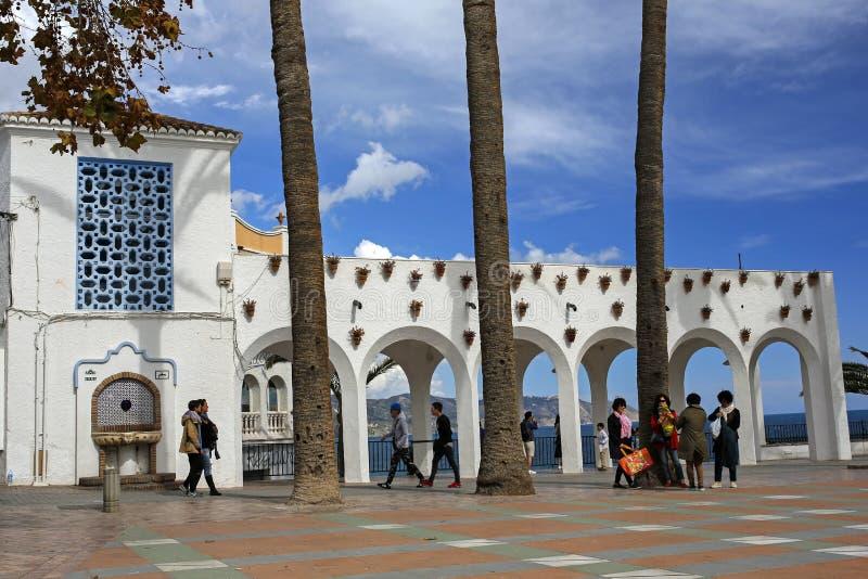 Plaza Balcon de Europa, Nerja è località di soggiorno famosa su Costa del Sol ha situato 50 chilometri da Malaga in Spagna fotografia stock