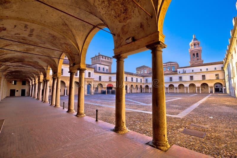 Plaza Castello en la opinión de la arquitectura de Mantova imagen de archivo libre de regalías