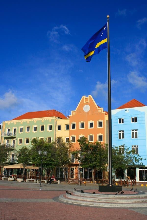 Plaza colorée de la façade d'une rivière de Willemstad. photos libres de droits