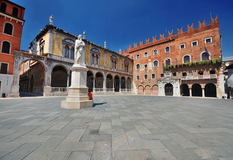 Plaza Dante en Verona foto de archivo