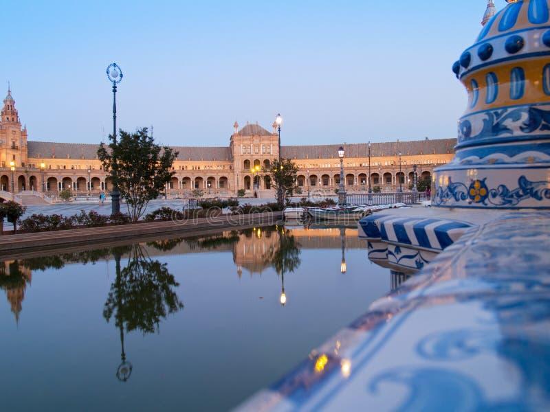 plaza de西班牙在塞维利亚在晚上 库存图片