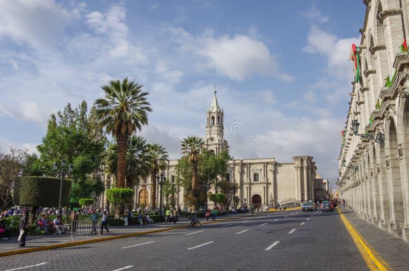 Plaza de Armas fyrkant med basilikadomkyrkan av Arequipa, Arequ arkivbilder