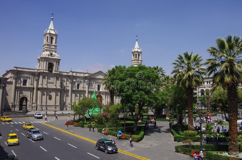 Plaza de Armas fyrkant med basilikadomkyrkan av Arequipa, Arequ arkivfoto